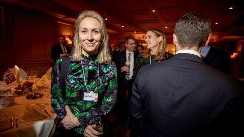 Camilla Hagen Sørli stilte på den norske fondue-middagen på Hotel Seehof mandag kveld. Bak henne står søsteren Caroline Hagen Kjos i et middagsselskap med bare 60 prosent menn.