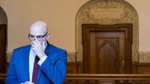 Konsernsjef i Danske, Jesper Nielsen retter på brillene etter høringen i Folketinget om hvitvaskingssaken i Danske Bank.