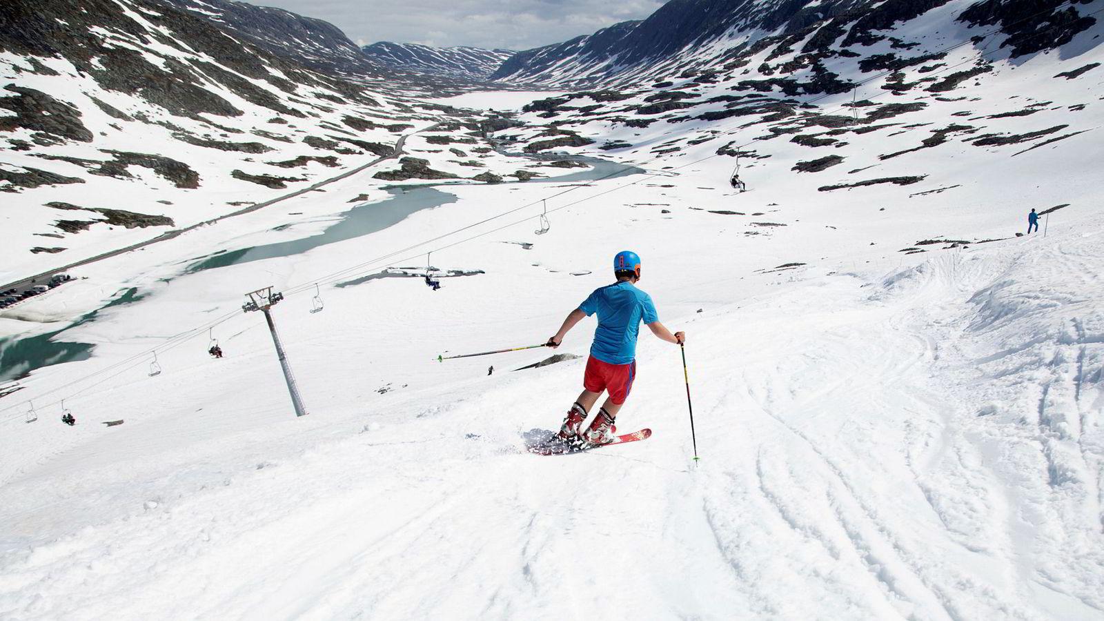 Det gikk fortsatt an å stå på ski på Strynefjellet i juni. Men varmere somre gjør sommerskisenteret  mindre lønnsomt.