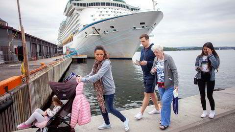 Fra høyre: Lucy Rae (16), Margaret Sullivan (87), Marc Twaddle (32), Elaine Rae Twaddle (34) og Georgia Twaddle (4) på sitt første besøk i Norge. De har ingen planer om å legge igjen mye penger i land.