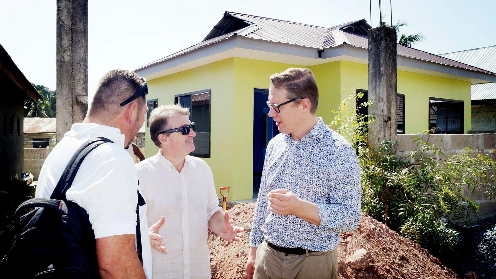 Daglig leder Pontus Engstrøm (til høyre) og økonomiprofessor Trond Randøy (i midten) i MTI Investment sikter mot børs med afrikanske aksjer i porteføljen. Her foran et hus i Tanzania oppført av Ecohomes.