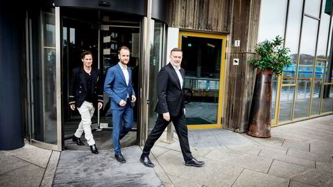 Petter Stordalen (til venstre) starter nytt selskap sammen med pr-byrået Kruse Larsen. Her med Kruse Larsen-sjef Jan-Erik Larsen (til høyre) og Marius Parmann, som blir daglig leder i det nye byrået.