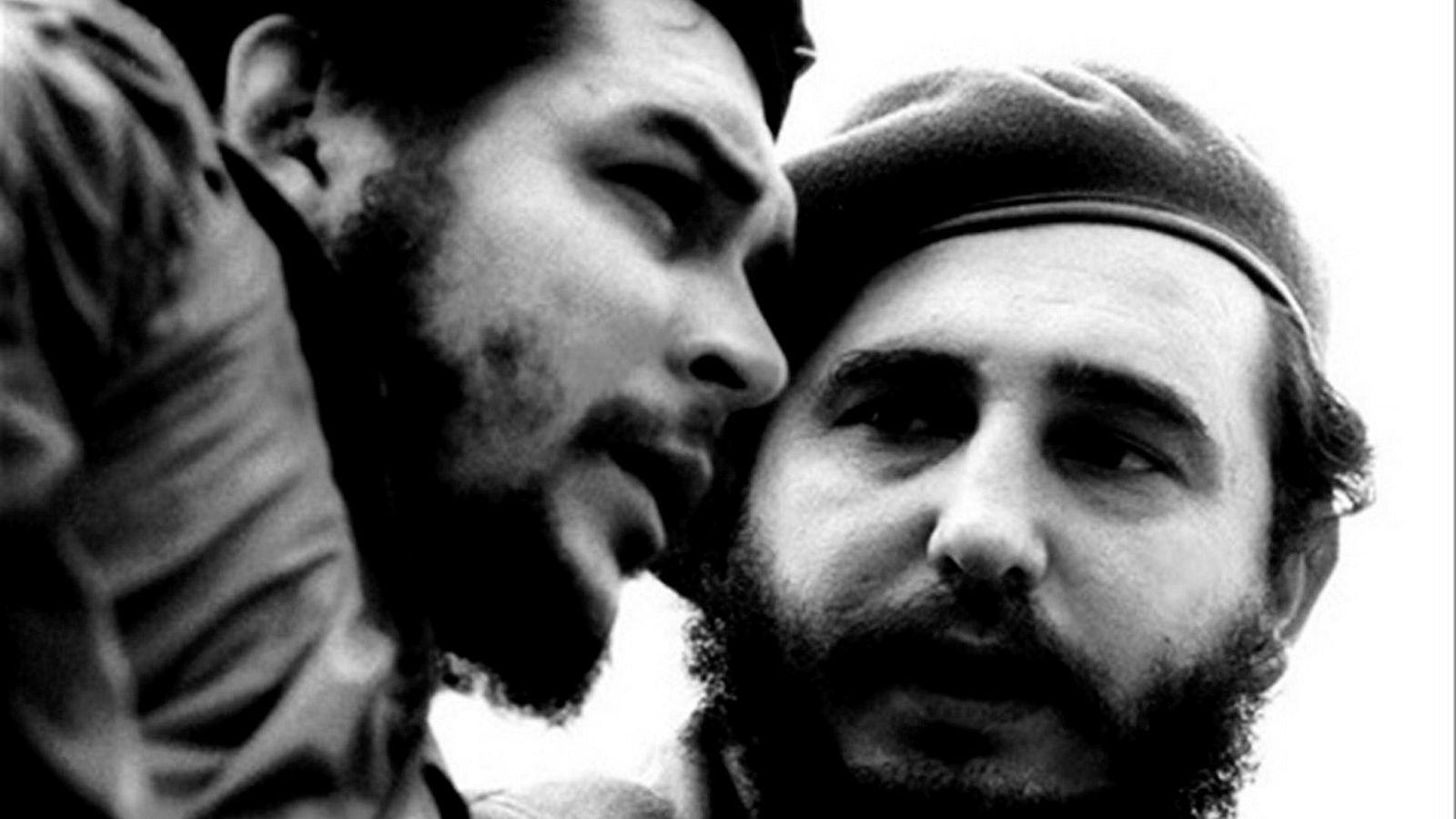 Che Guevara til venstre, Fidel Castro til høyre.