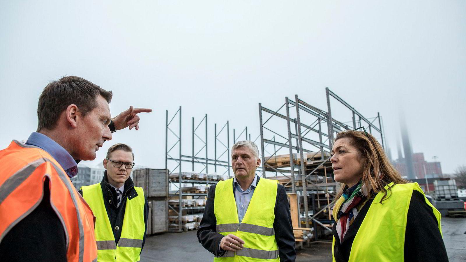 NHO-sjef Kristin Skogen Lund mener Norge har mye å lære av danskene, som ble hardt rammet av finanskrisen. Hos bedriften Man Diesel og Turbo i København vises hun rundt av produksjonssjef Peter Schandorff (til venstre) og HR-direktør Lars P. Breusch. Sjefkonsulent Jes Lerche Ratzer (i midten) i NHOs søsterorganisasjon Dansk Industri (DI) følger også med.