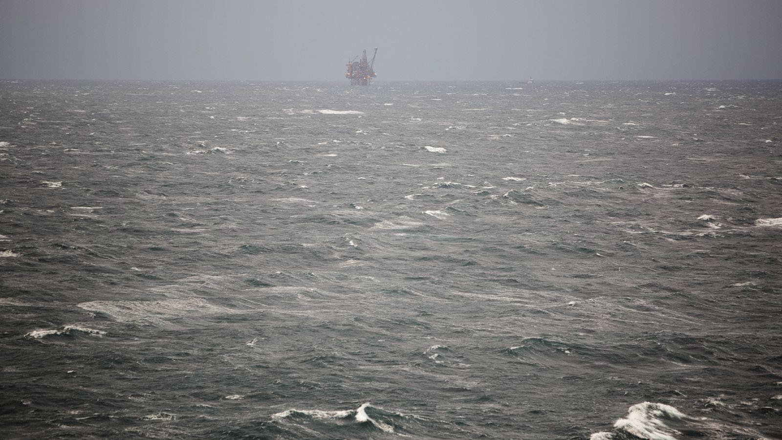 Oljebremsen vil slå kraftig inn i norsk økonomi i år, varsler SSB. Bildet er fra Nordsjøen.