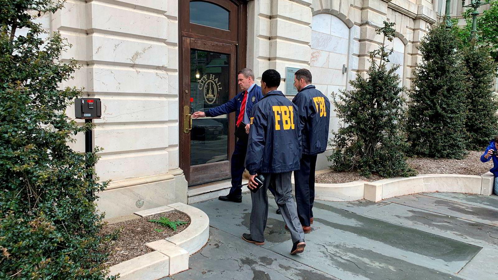 FBI tar seg inn og gjennomfører razzia i rådhuset u Baltimore.