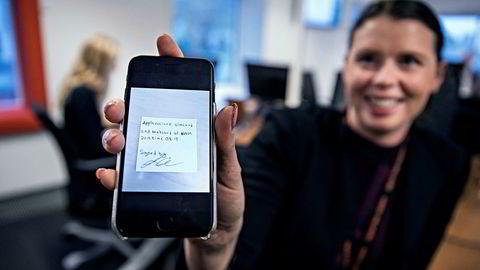 Forretningsutvikler Ina Østensjø måtte fly til Apples hovedkvarter i California for å få godkjent Vipps-appen i tide og fikk en håndskrevet kvittering i retur. I dag har appen nesten to millioner brukere. Foto: Aleksander Nordahl