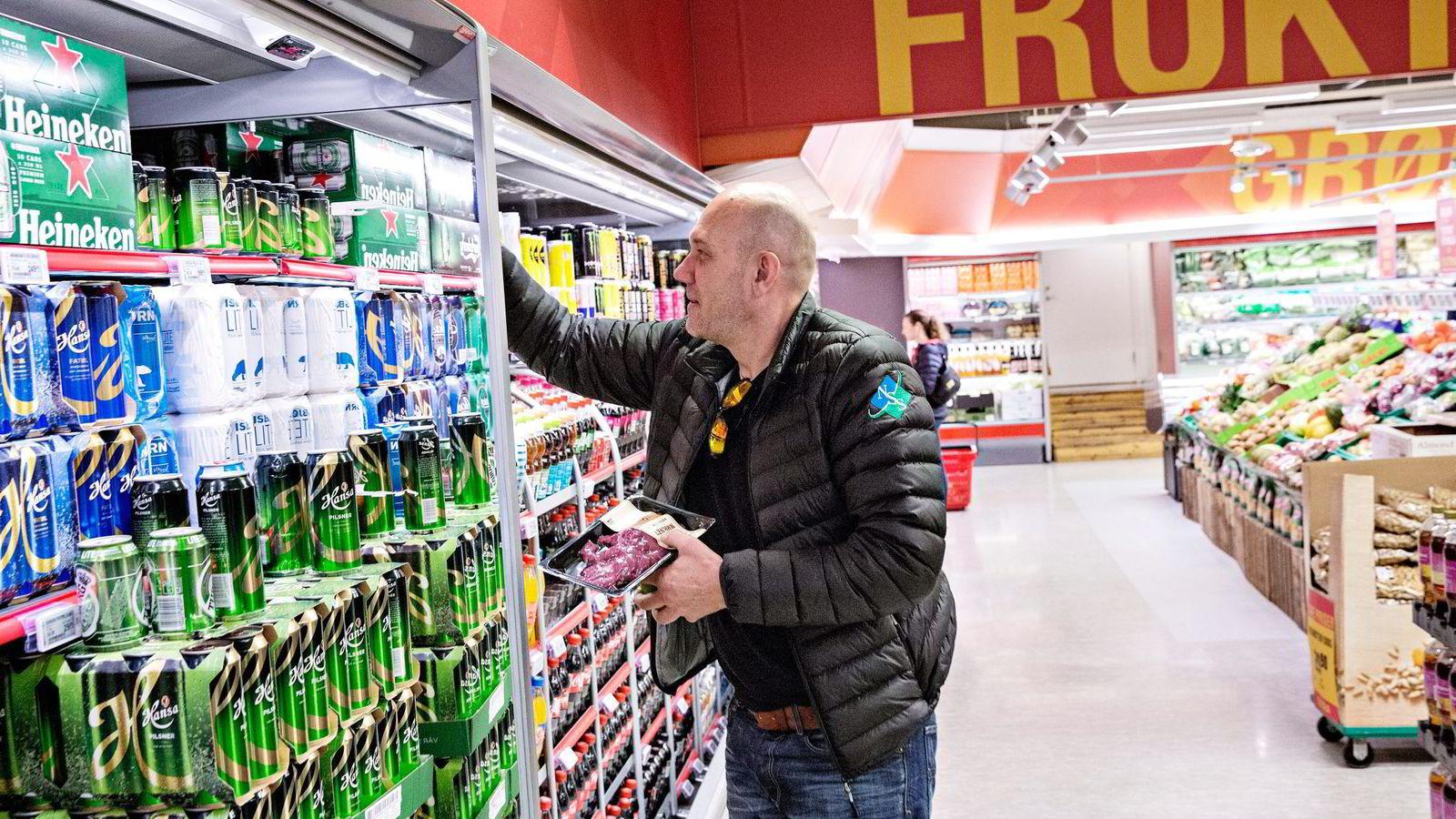 Kunde Alf Erlend Skeie (45) er ikke fornøyd med at Ica Supermarked ble erstattet med til Coops lavprissatsing Extra på Sagene i Oslo. Foto: Aleksander Nordahl