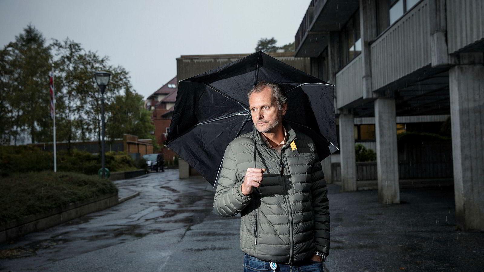 Thomas Angell, senior porteføljeforvalter hos Kinect Energy, mener frykten i markedet etter Einar Aas-kollapsen har senket strømprisen med over ti øre per kilowattime eller over 20 prosent. I tillegg regner det.