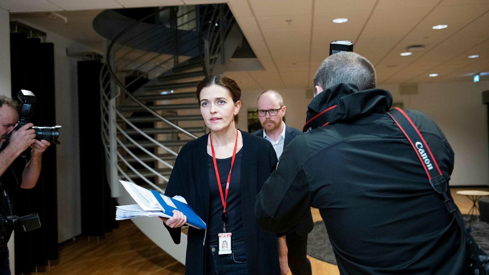 Nyhetsredaktør Tora Bakke Håndlykken i VG og VG-redaktør Gard Steiro på VGs pressekonferanse om Bar Vulkan-saken.