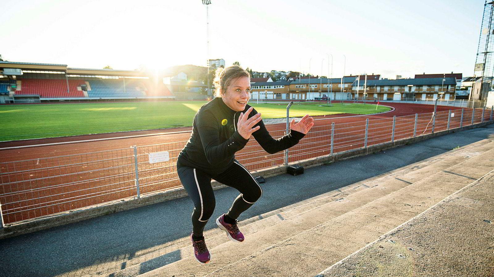 Ina Jagtøien (44) har kuttet ut tradisjonell styrketrening på bena, og satser heller i trappene for å utvikle spenst og styrke. Espen Tønnessen, førsteamanuensis i helsevitenskap ved Høyskolen Kristiania, tror mange mosjonister kunne hatt nytte og glede av å gjøre det samme.