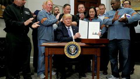 Det er også særinteressene som står rundt president Trump i det ovale rommet når han undertegner dekretet som lanserer innføring av toll på aluminium og stål for – etter sigende – å beskytte amerikanske interesser. Men det er ikke amerikanske interesser som beskyttes, men stålindustriens.