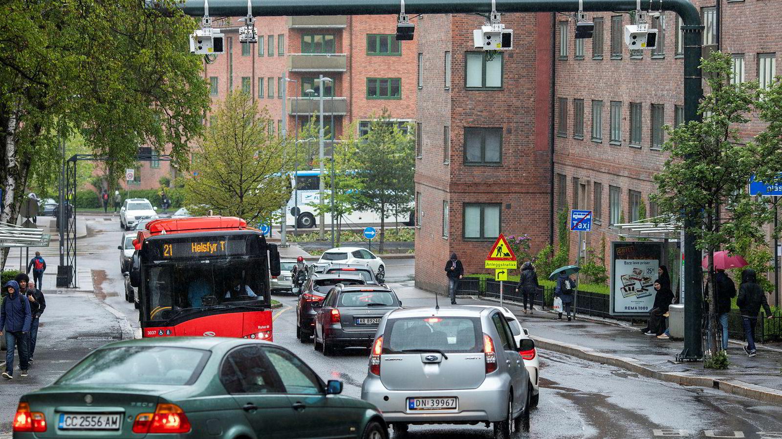 Køprising kan innføres ved hjelp av dagens bomringer. Det krever at satsene i en bomring blir differensiert over døgnet, skriver artikkelforfatterne. Her fra en av de nye bomstasjonene ved Carl Berners plass i Oslo.