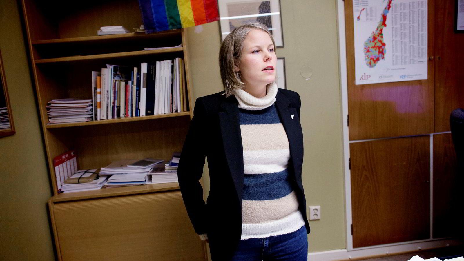 SVs stortingsrepresentant Kirsti Bergstø sier det er uverdig at folk i full jobb må ha sosialhjelp for å klare seg.