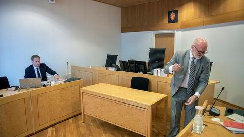 – Her må man ha i mente at dette er den mest alvorlige korrupsjonssaken i privat sektor i norsk næringsliv noensinne, sa førstestatsadvokat i Økokrim Esben Kyhring (til venstre) onsdag i Asker og Bærum tingrett. Til høyre den tidligere innkjøpslederens advokat Erling Lyngtveit.