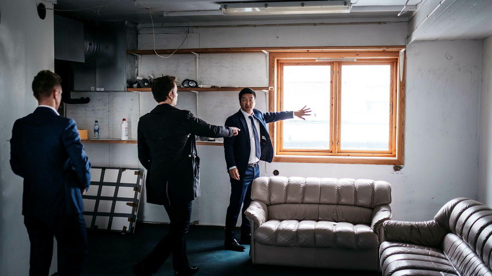 Her skal det bli hotell. Partnerne Thomas Mjeldheim (høyre), og Kjetil Andersen (venstre) skal bygge hotell midt i Sandnes. Her sammen finansdirektør Stian Dreyer Sørensen i Petter Smedvig Haglands selskap Petrus.
