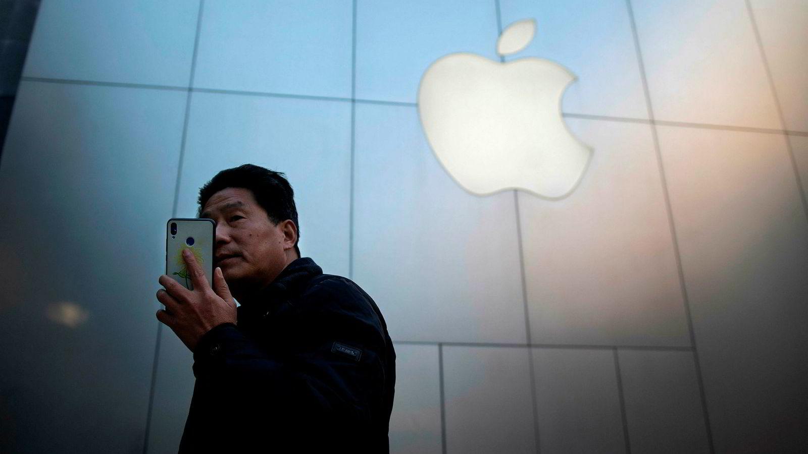 Apples trøbbel i det asiatiske markedet er blitt symbolet på fallet for de tunge teknologiaksjene som har senket Nasdaq-indeksen med 20 prosent på tre måneder. Her er en Apple-kunde i Beijing.