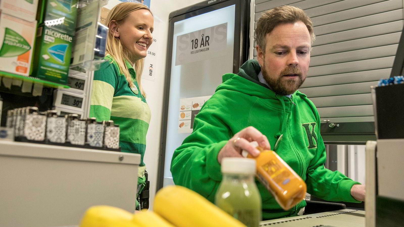 Næringsminister Torbjørn Røe Isaksen, her sammen med butikksjef Katrine Madsen i Kiwi i Hovinveien i Oslo der han presentere innholdet i en stortingsmelding om handelsnæringen.
