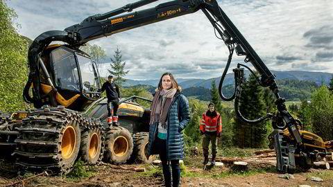 Ingunn Kjelstad i Fjordtømmer synes norsk skogbransje er satt. Sammen med Tarje Kusslid (til venstre) og Martin Braanaas har hun tenkt å gjøre noe med det.