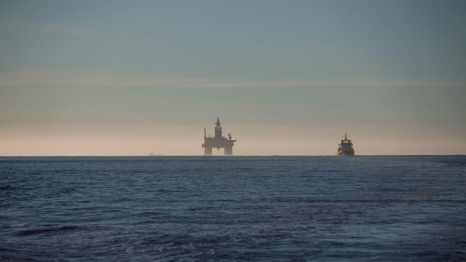 Lav oljepris ble møtt med store kostnadskutt i norsk petroleumsindustri. Deriblant en nedbemanning, som ifølge SSB krympet antall sysselsatte med 50.000 fra 2013 til 2016, skriver artikkelforfatterne. Her fra boreriggen «Songa Encourage» på vei inn til Mongstad.