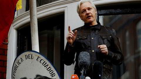 WikiLeaks grunnlegger Julian Assange møtte pressen fra balkongen i Ecuadors ambassade i London 19. mai ifjor. Foto: Peter Nicholls