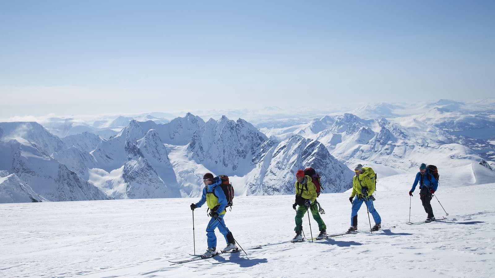 Etter seks timers kamp mot høydemeterne kan Ruben Rognmo, Espen Nordahl, Torben Rognmo og Svein Mortensen endelig se toppen av Jiehkkevárri. De siste meterne opp mot den 1834 meter høye toppen gir en slak avkobling i det ellers så bratte Lyngen-terrenget. Fremdeles gjenstår 18 km av hele skituren.