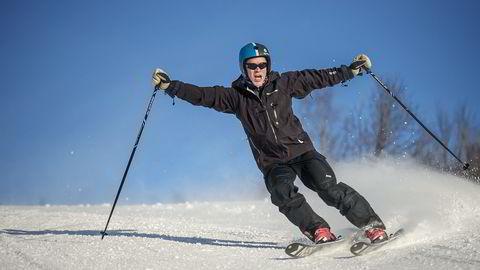 HØYRESVING. Som kommunal- og moderniseringsminister har Jan Tore Sanner ansvaret for å slå sammen landets kommuner. Under et besøk i Sogndal får han også stått litt på ski. – En maksimalisering av frihetsfølelsen,                    kaller han det.