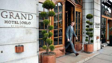 Okea-grunnlegger Ola Borten Moe spaserer ut av ærverdige Grand Hotel etter å ha fortalt investorer og næringslivsaktører hvorfor Okea er blant de best posisjonerte på norsk sokkel.
