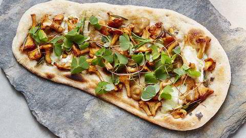 Kokkene på Vaaghals i Oslo lager «norsk pizza» - et flatbrød med kantareller og chèvre stekt i vedovn. Foto: Tommy Andresen