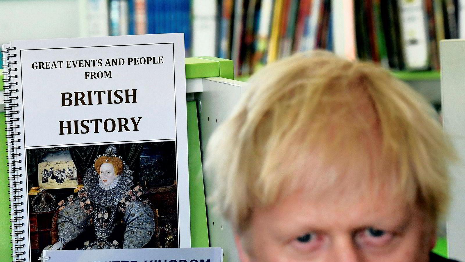 Boris Johnson stengte tirsdag Parlamentet og dro på skolebesøk. Labours skyggeminister for internasjonal handel Barry Gardiner kommenterte at «For 370 år siden henrettet vi en konge for å stenge Parlamentet på denne måten». Onsdag slo skotske dommer fast at også Johnson handlet ulovlig. Men Boris beholder nok hodet.