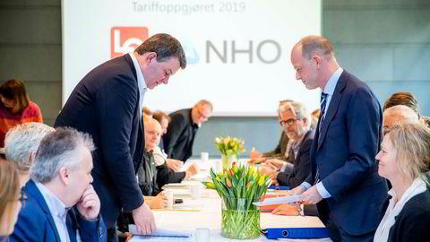 LO-leder Hans-Christian Gabrielsen (t.v.) og NHO-sjef Ole Erik Almlid med delegasjoner ved åpningen av vårens mellomoppgjør. Sittende foran til venstre leder Jørn Eggum i Fellesforbundet.