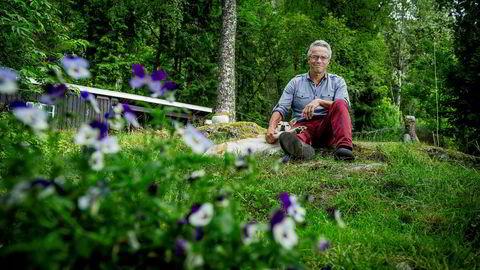 MDG-leder Rasmus Hansson hjemme på Muren i Bærumsmarka med hunden Smilla.