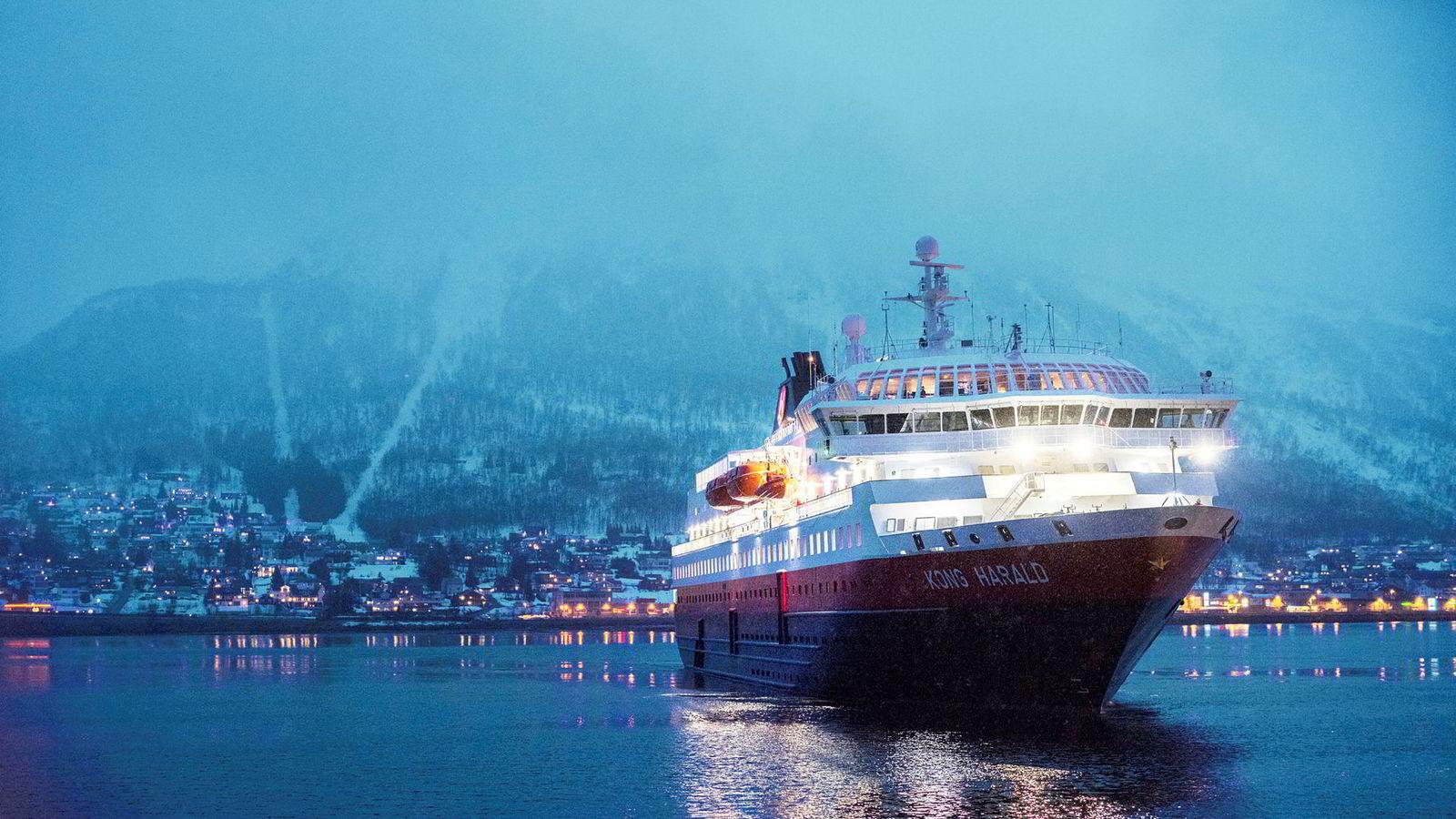 Skipet Kong Harald som går i rute for Hurtigruten, legger til kai i Tromsø.