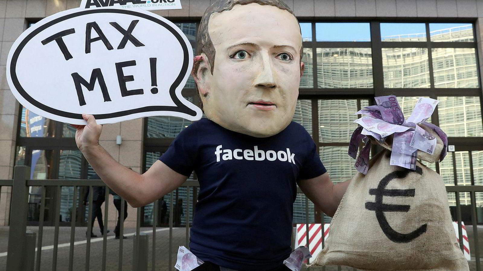 En aktivist brukte en Mark Zuckerberg-maske for å markere seg utenfor EUs hovedkvarter i Brussel i fjor.