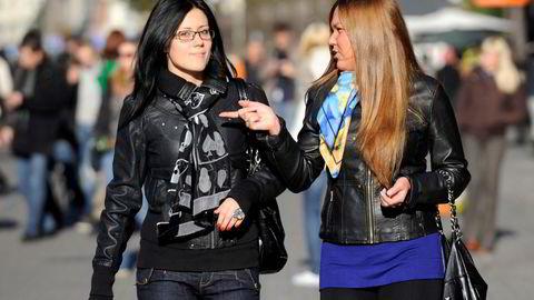 Ingen land i verden er kvinnene høyere enn i Latvia. På bildet går to unge kvinner på gaten i landets hovedstad Riga. Foto: Roman Koksarov/AP photo/NTB scanpix