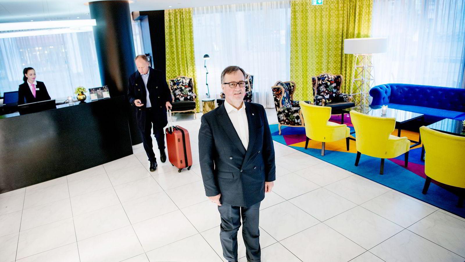 Morten Thorvaldsen, administrerende direktør for Thon Hotels, erkjenner at hotellnæringens store utfordring er prisutviklingen. Her er han i Hotel Rosenkrantz i Oslo.