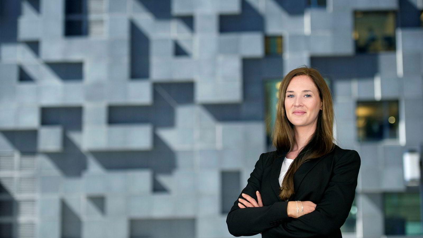 Makroøkonom Jeanette Strøm Fjære i DNB Markets venter ingen endring i styringsrenten, men følger nøye med på hva Norges Bank gjør med rentebanen og hvordan de vurderer fallet i boligprisene de siste månedene.