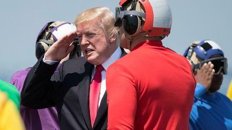 President Donald Trump og hans team er i ferd med å gå seg vill i egne løgner og fortielser. Her under et besøk på hangarskipet USS Gerald R. Ford sist helg.