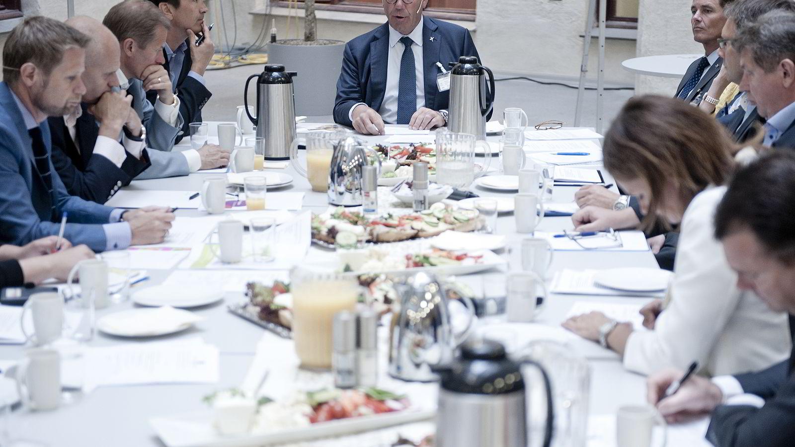 MATVAREMAKTEN SAMLET. Styreleder i Orkla, Stein Erik Hagen (i midten), holder et innledende foredrag under næringslivets samarbeidsmøte om folkehelse i Helse- og omsorgsdepartementet i Oslo onsdag formiddag. Foto: Jon Olav Nesvold /
