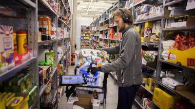 Kenneth Helgesson pakker dagligvarer som skal sendes ut til kundene til matnettbutikken Kolonial.no.