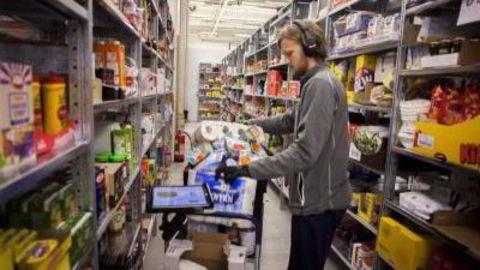 Kenneth Helgesson pakker dagligvarer som skal sendes ut til kundene til matnettbutikken Kolonial.no. Foto: Javad Parsa