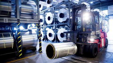 Produksjonen av valsede produkter går nå tilnærmet som normalt, mens produksjonen av ekstruderte produkter kjøres på halv maskin. Her fra Hydro-fabrikken i Holmestrand som produserer valsede produkter.