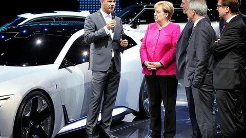 BMW-sjef Harald Krüger fikk besøk av blant andre forbundskansler Angela Merkel under bilutstillingen i Frankfurt. På scenen var BMWs nye konsept-elbil I Vision Dynamics den store stjernen.