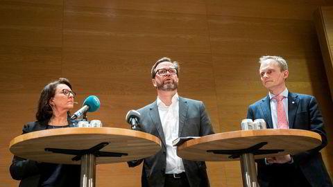 Kommunikasjonsdirektør Inger Sethov, finansdirektør Eivind Hellevik og konserndirektør Egil Hogna informerer om siste utvikling for Hydro etter cyberangrepet.