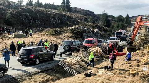 Demonstranter av vindpark på Frøya blokkerer veien for de som skulle utføre utbyggingen.