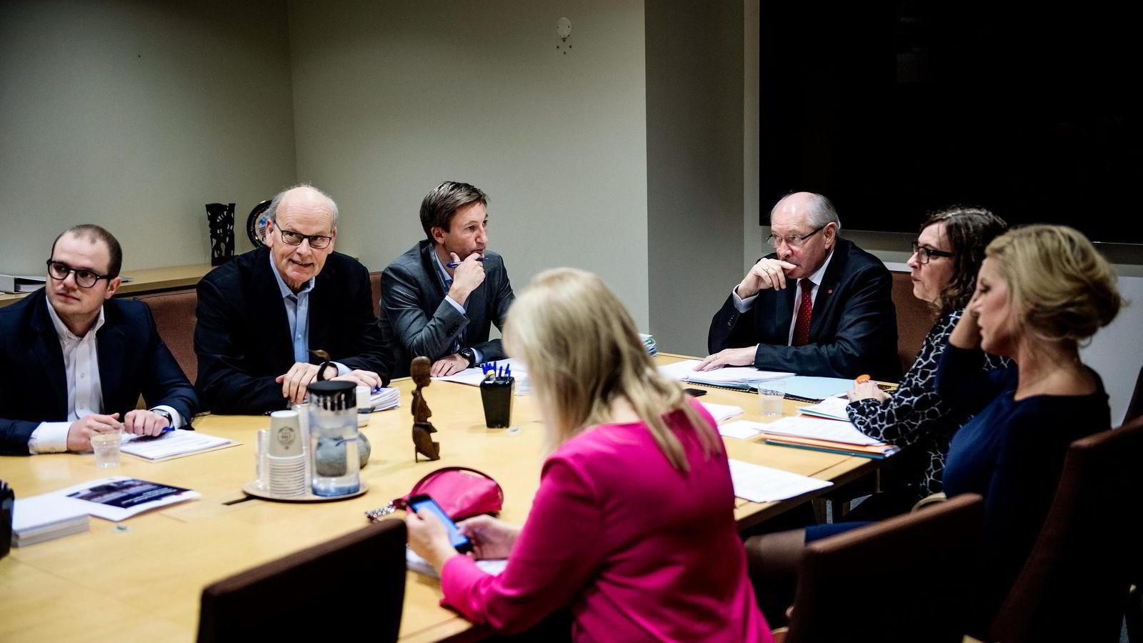 Stortingets kontroll- konstitusjonskomité skal ikke granske Telenor. Den skal bare forberede Stortingets kontroll med forvaltningen, skriver artikkelforfatteren. Her diskuterer komiteen eventuelle nye høringer om Vimpelcom-saken 3. november.