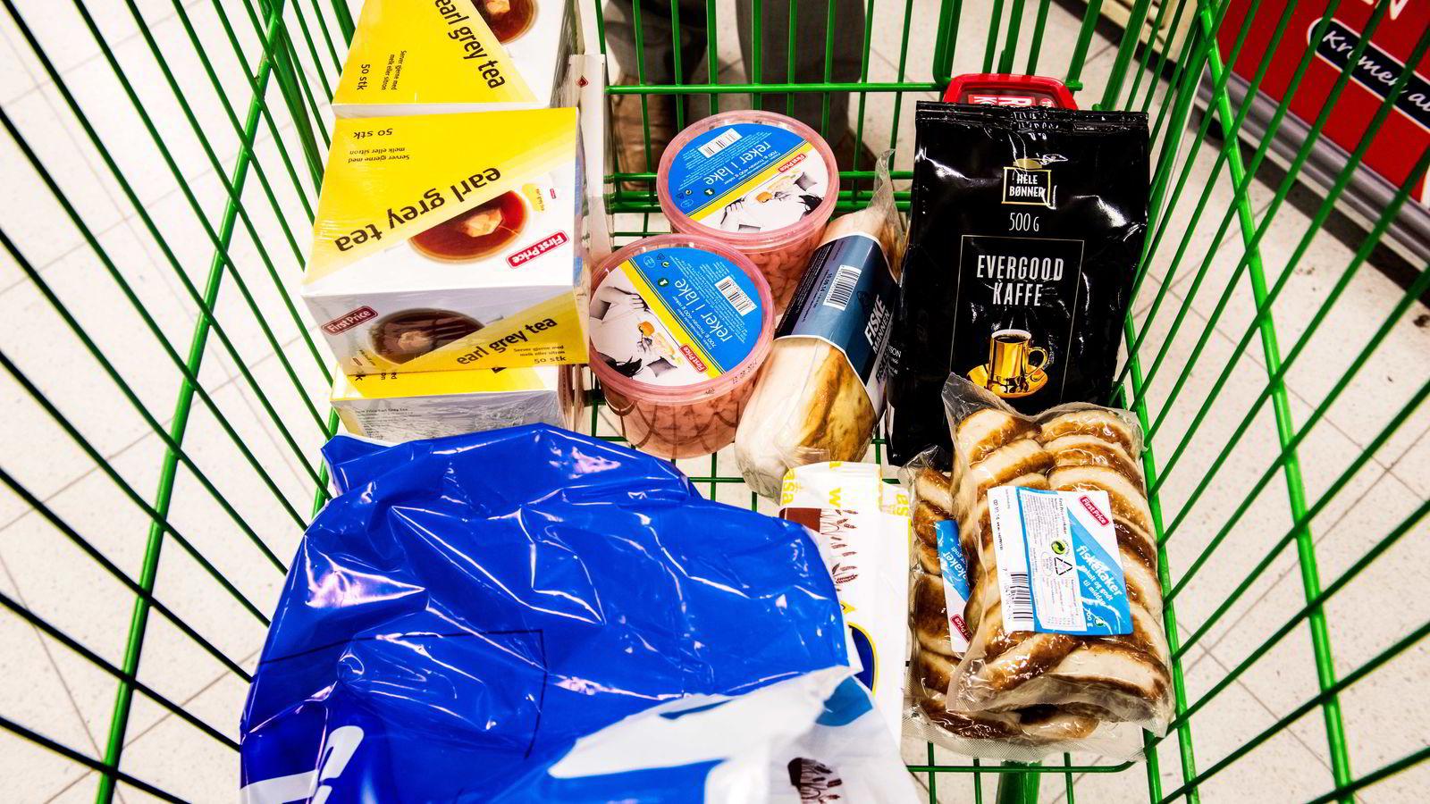 Siv Jensen viser til at matbransjen ofte blir stående overfor valget mellom å gi bort mat og drikke til frivillige organisasjoner og andre, og å destruere maten fordi den har gått ut på dato. Foto: Klaudia Lech