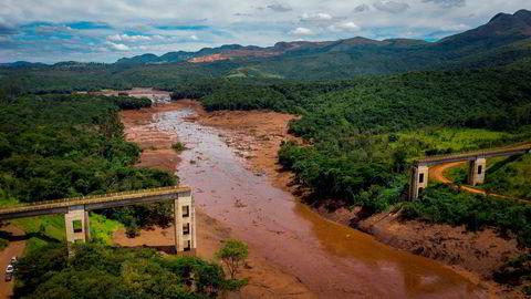 En bro er revet ned som følge av de massive mengdene gjørme som strømmer gjennom landskapet som følge av kollapsen i demningen.
