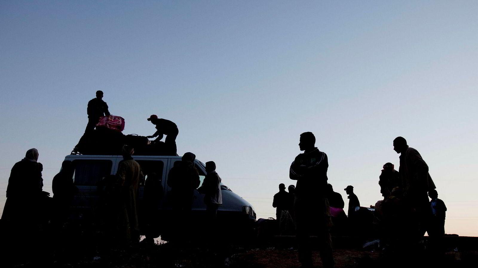 De som søker politisk asyl og får avslag, er juridisk forpliktet til å returnere. Unndrar man seg denne plikten, må man tvangsreturneres på norske skattebetaleres regning, skriver artikkelforfatteren. Her fra 2011 i Ben Guerdena, da egyptiske flyktninger lastet biler med bagasje før ferden mot Djerba.