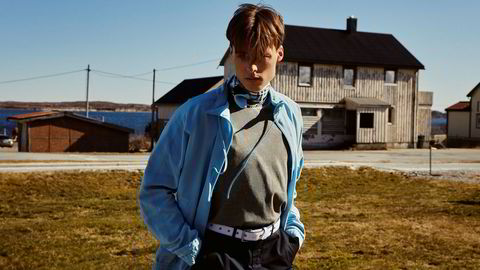 Ut mot havet. Det er blitt sagt at han ligner litt på en ung Leonardo di Caprio. Gustav Witzøe har et godt modellutgangspunkt, men Salmar-arvingen er også tydelig på at «bakgrunnen hans» trolig var avgjørende da han fikk kontrakt med Next Model Management i New York. Jakke: Jacquemus/Luck. T-skjorte: A-Cold Wall/YME. Skjerf: Burberry. Bukse: Balenciaga. Belte: Ader Error/YME. Kjede: Bjørklund.